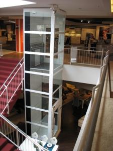 Senkrechtlift Kalea A4 in Gewerbehaus, ohne Maschinenraum, Liftschacht verglast