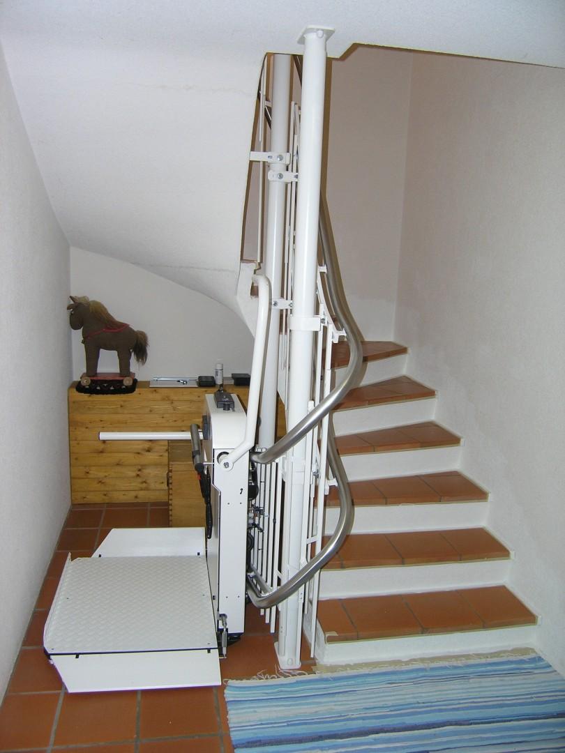 Rollstuhllift Mit Plattform, Schmale Treppe In Einfamilienhaus, über 3  Stockwerke, Haltestelle Keller Offen