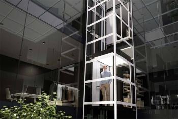 Kabinenlift über 4 Etagen in selbsttragendem Liftschacht aus Glaspaneelen