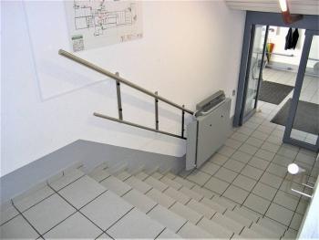 Schritt 1: Plattformlift in unterer Warteposition, Plattform geschlossen. Der Platzbedarf ist sehr gering.