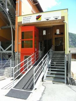 Der Aussenlift für barrierefreien Zugang zur Talstation der Gemmibahnen in Leukerbad