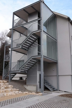 Harmonische Integration des Liftschachtes ins Gesamtbild des Treppenturmes