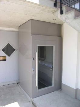 Mühelose Integration in das bestehende Gebäude über einen Deckendurchbruch