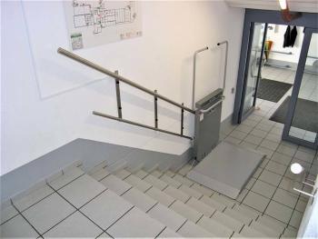 Plattform und Sicherheitsbügel geöffnet für den Einstieg unten
