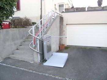 Die Plattform und der Sicherheitsbügel einseitig offen für einen gefahrenlosen Einstieg mit dem Rollstuhl
