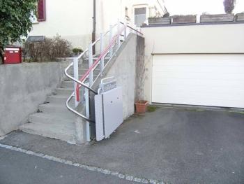 Plattformlift PLK8 im Aussenbereich für altersgerechten Zugang zu Einfamilienhaus