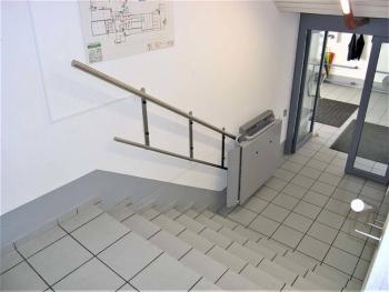 Ein Rollstuhllift PLG 7 in einem Geschäftsgebäude mit platzsparender Wandmontage