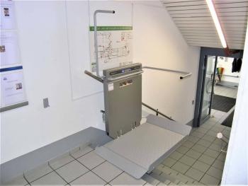 Plattform und Sicherheitsbügel oben einseitig offen für den sicheren Ausstieg