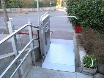 Die Plattform an der oberen Haltestelle, einseitig offen für den Ein- und Ausstieg
