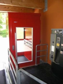 Der Lift wurde in einem selbsttragenden Liftschacht verbaut und benötigt keine Überfahrt