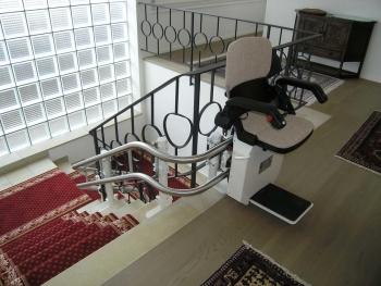 Der Sitzlift in der oberen Halteposition, mit geöffnetem Sitz für den Ein- und Ausstieg