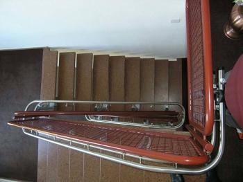 Die Klemmbefestigung der Stützen erlaubt einen Rückbau des Liftes ohne sichtbare Schäden auf der Treppe