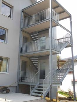 Stahlbautreppe mit integriertem Aussenlift Kalea A4 im Treppenauge