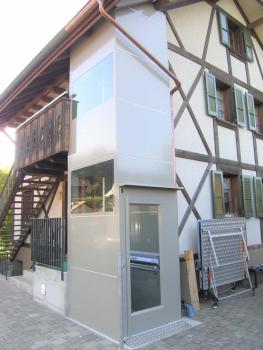 Der Liftschacht wurde farblich in die Umgebung integriert und an die Dachschräge angepasst.