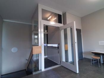 Der Lift wurde ohne Betonschacht ausgeführt. Schlüsselruftasten begrenzen den Zugang auf autorisierte Personen.
