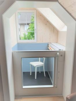 Im Dachgeschoss wurde der Lift ohne Dachaufbau ausgeführt und konnte so problemlos in die Dachschräge integriert werden.