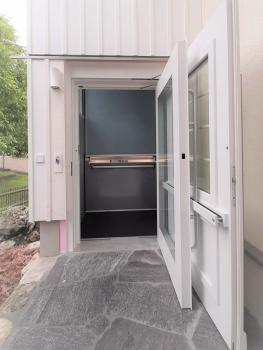 Der Aussenlift verfügt über einen barrierefreien Zugang direkt vom Garten.