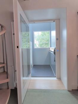 Mit Glaspaneelen im Liftschacht gelangt genügend Licht in die Räumlichkeiten.