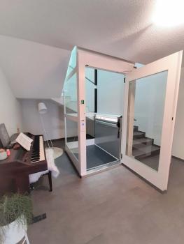 Der Senkrechtlift konnte dann ohne Unterfahrt im Treppenauge integriert werden.