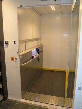 Warenaufzug benötigt weder Unterfahrt noch Überfahrt und konnte ohne grössere bauliche Massnahmen nachgerüstet werden.